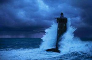 farol-resiste-a-uma-tempestade-002